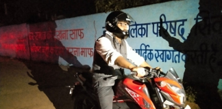 seoni-collector-on-bike